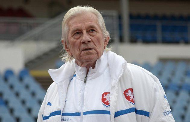 Člen realizačního týmu Karel Brückner během tréninku české fotbalové reprezentace před utkáním s Norskem.