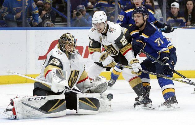 Útočník St. Louis Blues Vladimír Sobotka střílí na branku Vegas Golden Knights v utkání NHL. Gól nedal, ale nakonec si český hokejista připsal alespoň asistenci.