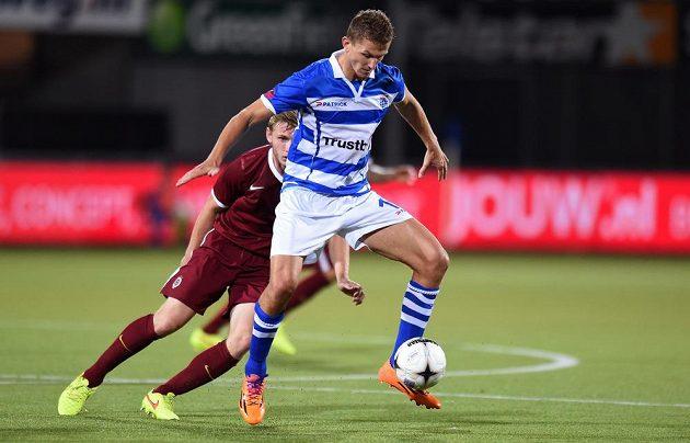 Tomáš Necid ze Zwolle si kryje míč před sparťanským stoperem Jakubem Brabcem.