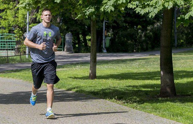 Když potřebuje shodit kila, vyráží běhat. A to se děje hodně často.