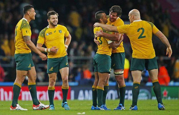 Ragbisté Austrálie slaví výhru na MS proti Walesu.
