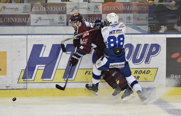 Zleva Michal Barinka ze Sparty a Martin Nečas z Brna ve třetím utkání čtvrtfinále play off.