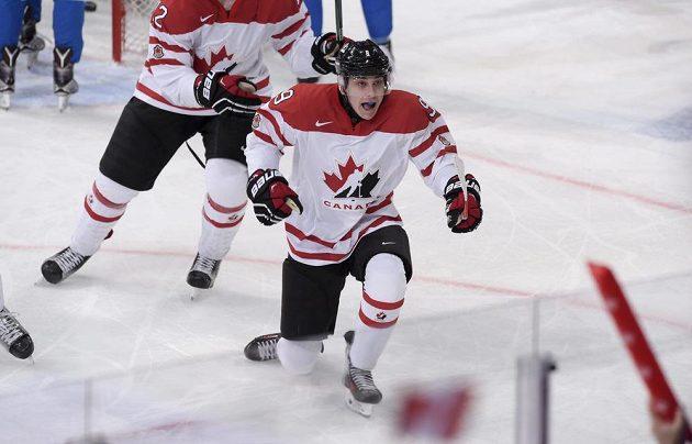 Kanaďan Dylan Strome jásá po gólu proti Finům ve čtvrtfinále MS dvacítek.