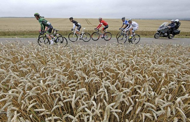Cyklisté na trati sedmé etapy Tour de France s cílem v Nancy.