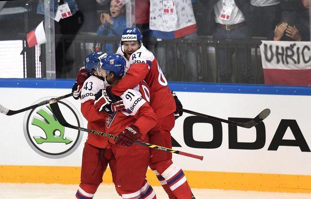 Jan Kovář (zleva), Martin Erat a Jakub Nakládal oslavují gól na 1:0 během čtvrtfinále s Finy.
