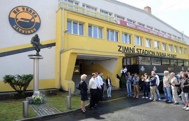 V Litvínově před Zimním stadiónem Ivana Hlinky a o dvě hodiny později u Hlinkova rodného domu v Louce u Litvínova se konaly pietní vzpomínky na legendárního hokejistu.