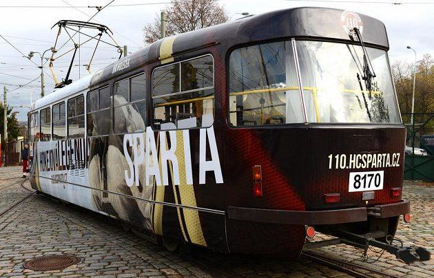 Tramvaj v barvách HC Sparta Praha v rámci 110. výročí od vzniku klubu.