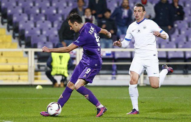 Nikola Kalinič z Fiorentiny střílí gól v zápase s Libercem.