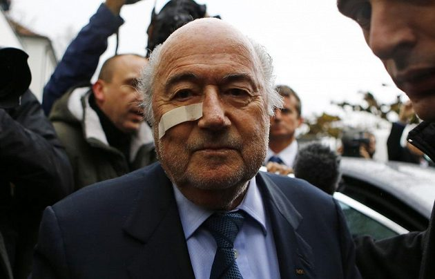 Sepp Blatter mezi novináři v Curychu, kde se hájil proti suspendaci ze strany etické komise FIFA.