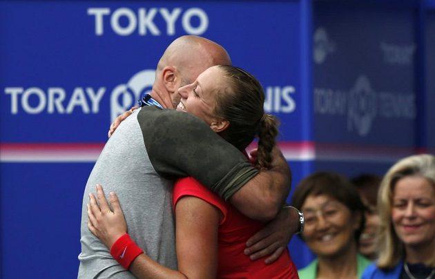 Petra Kvitová v objetí s koučem Davidem Kotyzou.