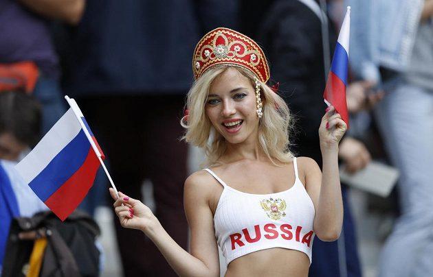 Ruská fanynka na stadiónu během úvodního utkání fotbalového mistrovství světa.