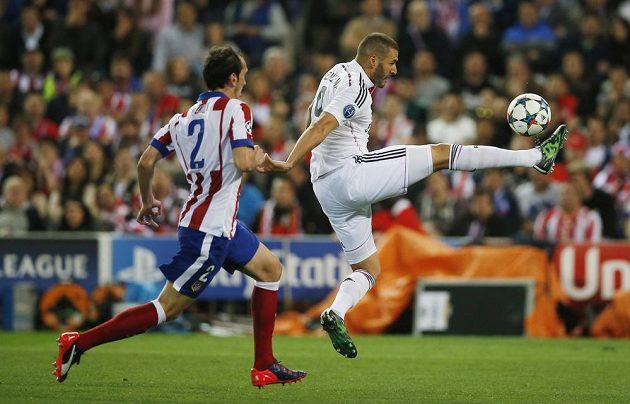 Karim Benzema (vpravo) z Realu se snaží zbavit Diega Godína z Atlétika.