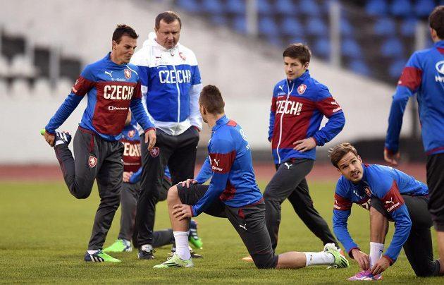 Trenér Pavel Vrba a jeho svěřenci: Vladimír Darida (vlevo), Radim Řezník (zády), Václav Pilař a Filip Novák během tréninku.