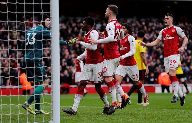 Brankář Arsenalu Petr Čech pŕijímá od spoluhráčů gratulaci k chycené panaltě proti Watfordu.