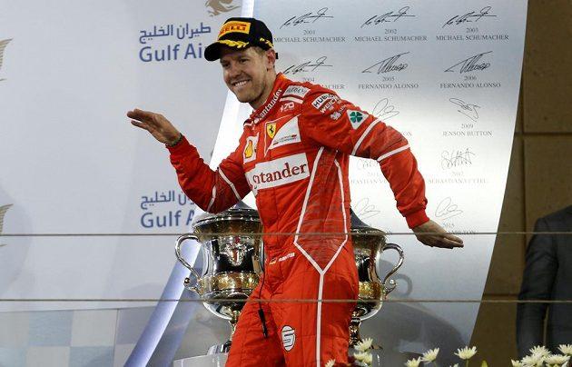 Sebastian Vettel a jeho vítězný taneček na pódiu.