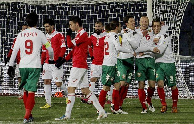 Bulharští fotbalisté se radují z gólu v utkání proti Maltě, které vyhráli 6:0.