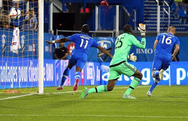 Útočník Didier Drogba střílí jeden ze svých tří gólů do sítě Chicaga Fire v americké Major League Soccer.