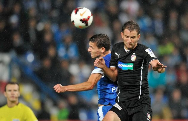 David Pavelka (vlevo) z Liberce a Marek Bakoš z Plzně v utkání 8. kola Gambrinus ligy.