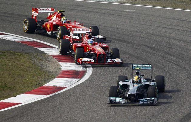 Vozy Ferrari útočili na čelo už zkraje závodu.