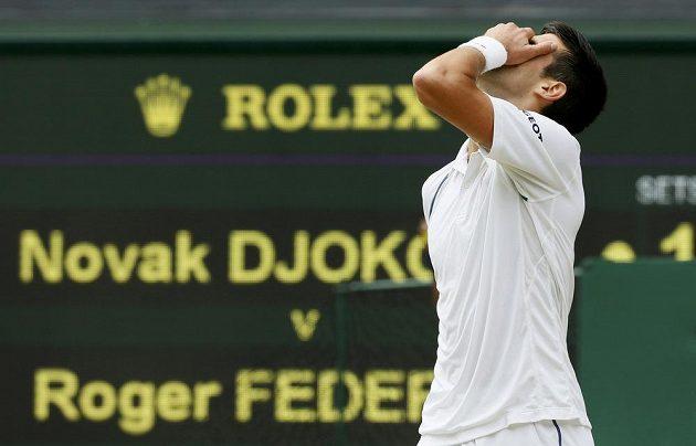 Novak Djokovič se chytá za hlavu, právě prohrál druhý set.