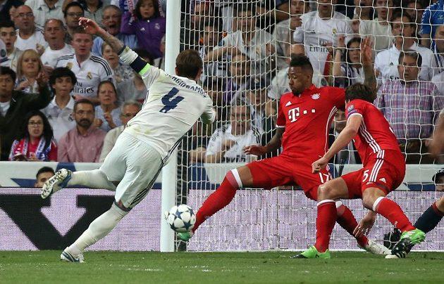 Poplach před brankou Bayernu! Zadák Realu Sergio Ramos však svoji šanci neproměnil.