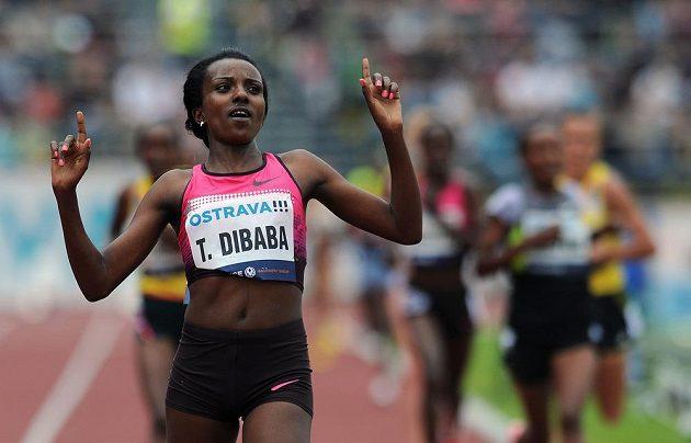 vytrvalkyně Tiruneš Dibabaová oslavuje vítězství na 10 000 m na Zlatá tretře v Ostravě.