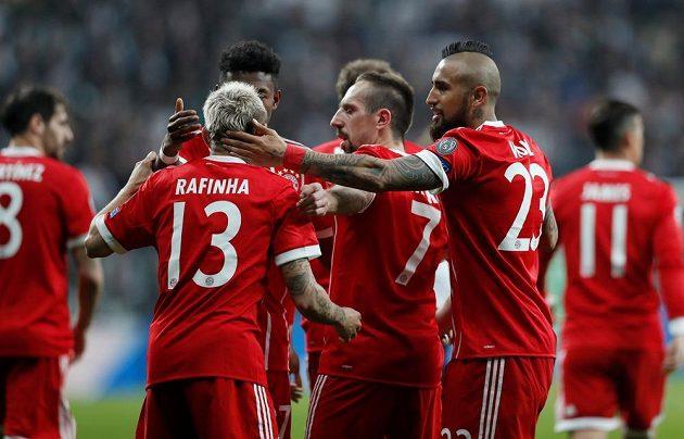 Fotbalisté Bayernu se radují z gólu na hřišti Besiktase v odvetě osmifinále Ligy mistrů.