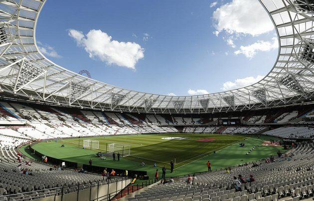 Pohled dovnitř stadiónu West Hamu. Do hledišť se vejde 60 tisíc fanoušků, tedy skoro dvojnásobek oproti původnímu Boleyn Ground. Stánek hostí také koncerty nebo atletické závody.