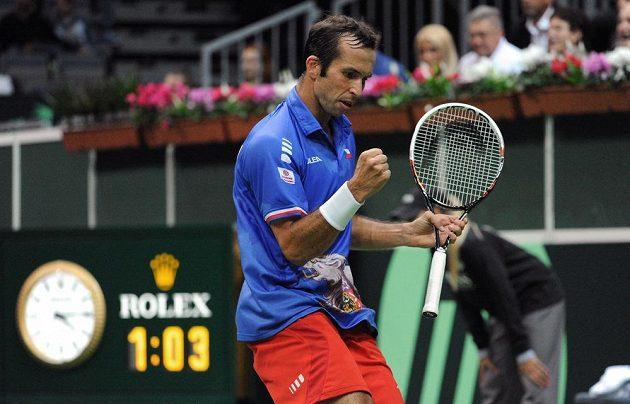 Tenista Radek Štěpánek se povzbuzuje po jedné z vítězných výměn při zápase s Argentincem Juanem Mónakem.