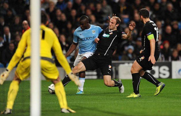 Plzeňský obránce Roman Hubník (druhý zprava) se snaží vypíchnout míč Micahu Richardsovi z Manchesteru City.