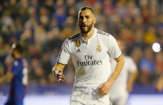 Kanonýr Realu Madrid Karim Benzema slaví poté, co na hřišti Levante proměnil penaltu.