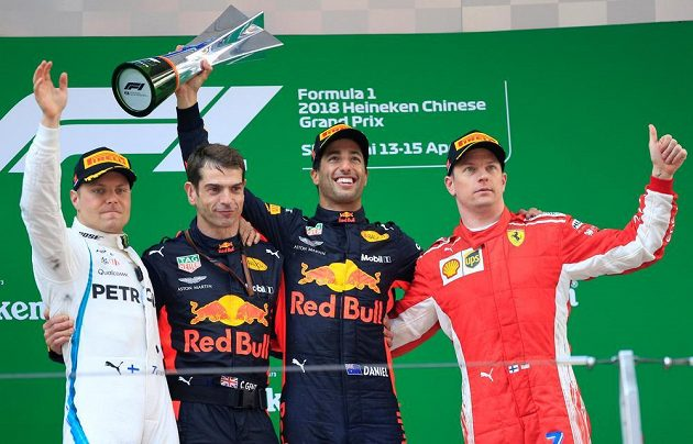 Vítěz čínské GP Daniel Ricciardo (druhý zprava) z Red Bullu oslavuje své vítězství s druhým Bottasem (vlevo) a třetím Räikkönenem (vpravo).