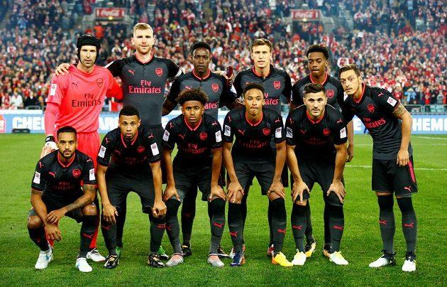 Petr Čech (první zleva v horní řadě) v Sydney nechyběl v zahajovací sestavě Arsenalu.
