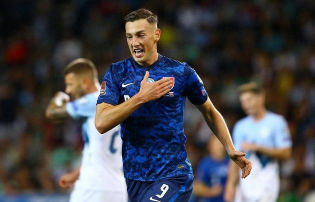 Slovenský fotbalista Robert Boženík slaví gól v kvalifikačním duelu se Slovinskem.