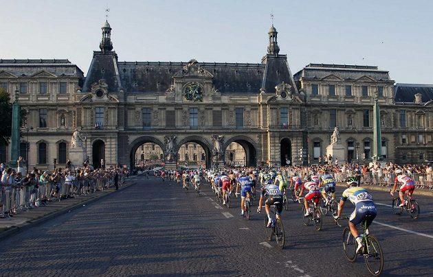 Cyklisté před světoznámým muzeem Louvre