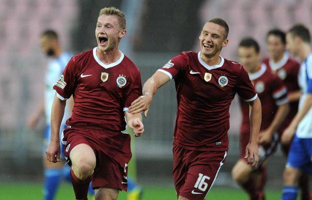 Obránce Sparty Praha Jakub Brabec (vlevo) oslavuje svůj první ligový gól v utkání proti Znojmu.