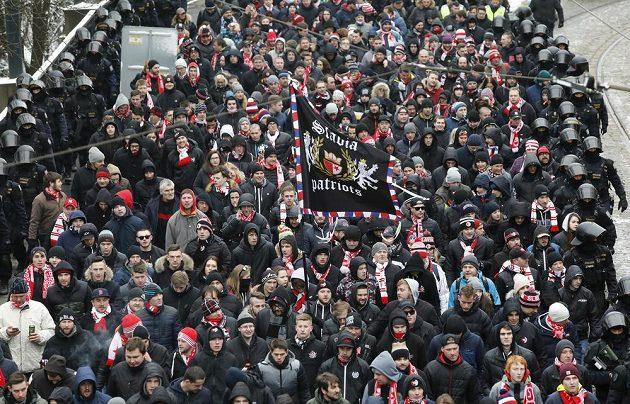 Pochod fanoušků Slavie před derby se Spartou.
