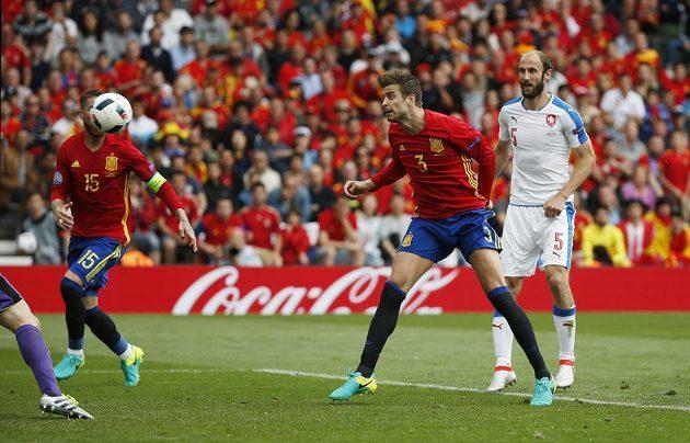 Rozhodující moment utkání. Španělský obránce Gerard Piqué střílí jediný gól Petru Čechovi.