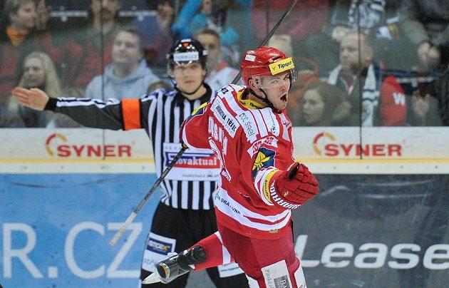 Autor rozhodujícího gólu v samostatných nájezdech Jakub Orsava, Třinec vyhrál v Liberci.