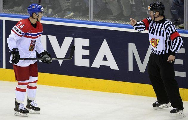 Rozhodčí v samém závěru vylučuje českého reprezentanta Jiřího Hudlera.
