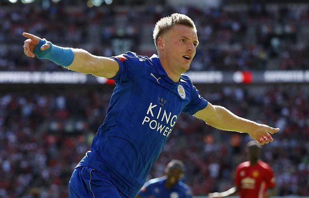 Leicesterský Jamie Vardy se raduje z vyrovnávacího gólu proti Manchesteru United.