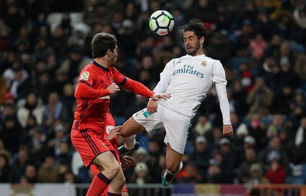 Isco z Realu Madrid se snaží prosadit v utkání španělské ligy se San Sebastianem. Real vyhrál 5:2.