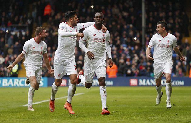 Christian Benteke slaví se spoluhráči po proměněné penaltě do sítě Crystalu Palace