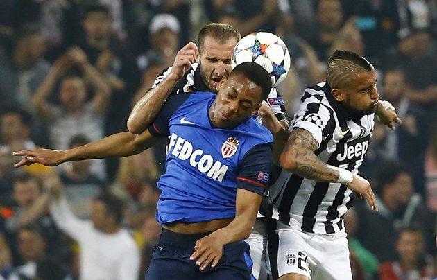 Hráči Juventusu Giorgio Chiellini a Arturo Vidal (vpravo) v hlavičkovém souboji s Anthonym Martialem z Monaka.