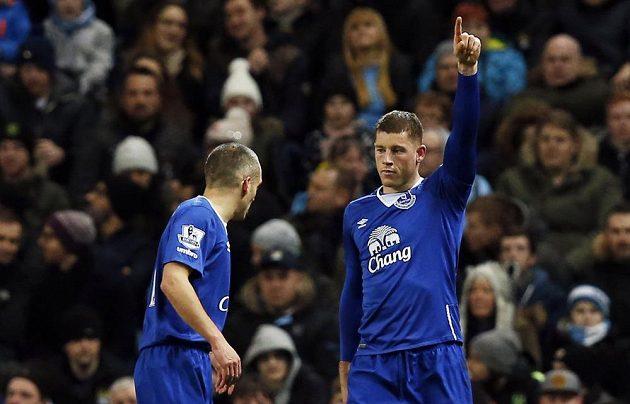 Fotbalista Evertonu Ross Barkley slaví gól v pohárové odvetě proti Manchesteru City.