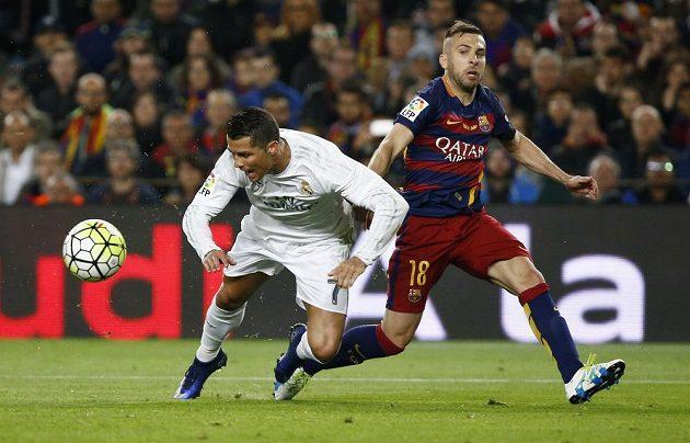 Cristiano Ronaldo (vlevo), hvězda Realu Madrid, v péči Jordiho Alby z Barcelony.