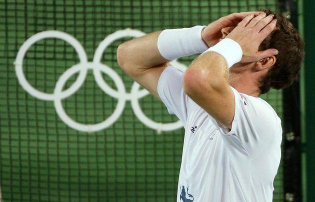 Britský tenista Andy Murray se raduje z obhajoby zlaté medaile na olympijských hrách v Riu de Janeiro.