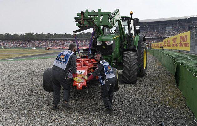 Traktor ovládl formuli. Takto dopadl Sebastian Vettel při Velké ceně Německa. Vedl a skončil v bariéře.