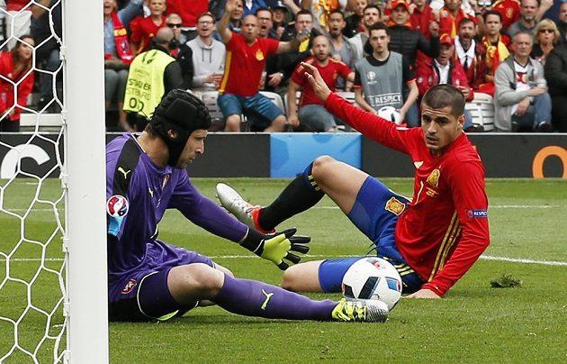 Klíčový okamžik prvního poločasu. Petr Čech si ale s jedinečnou možností Španěla Alvara Moraty (vpravo) poradil.