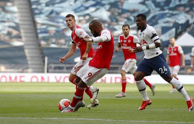 Alexandre Lacazette dává první branku utkání proti Arsenalu proti Tottenhamu